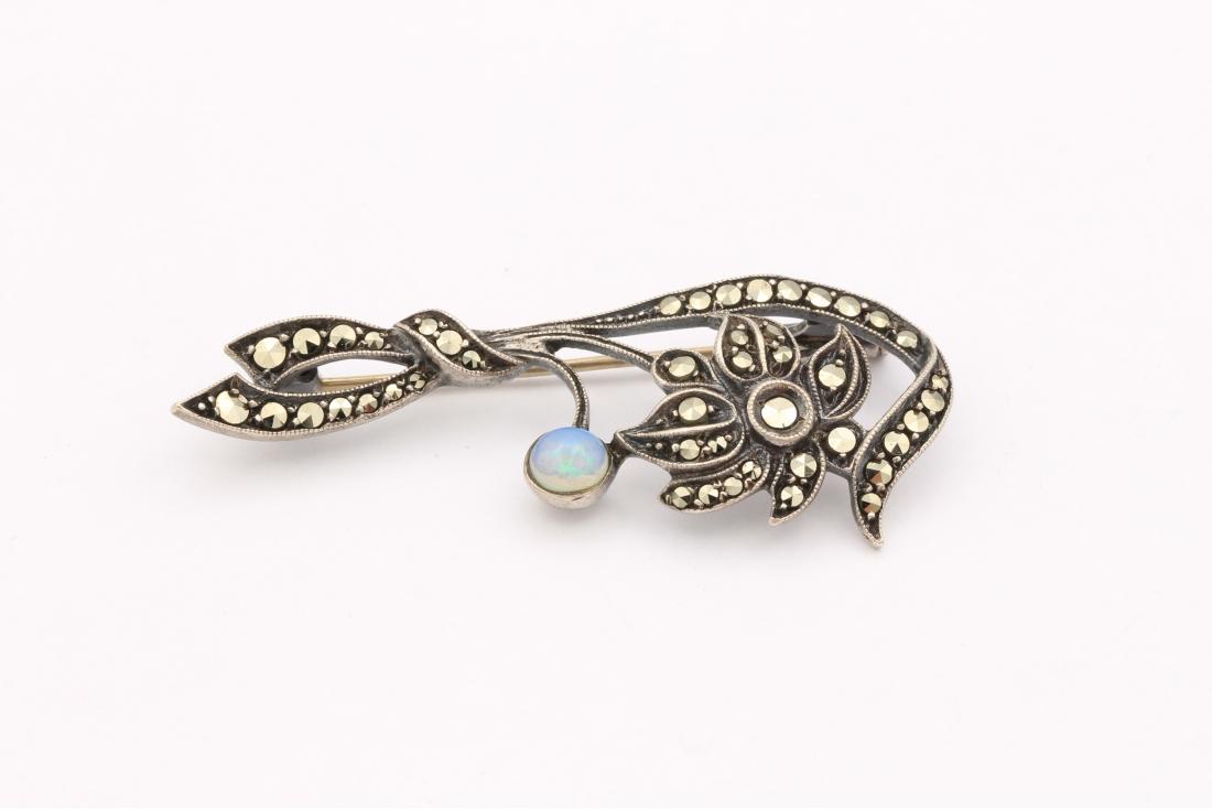 Broche années 50 en argent 835, sertie d'une opale et de marcassites-The Vintage Workshop