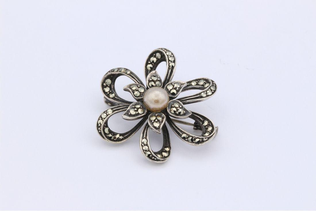 Broche années 40 en argent 835, sertie d'une perle et de marcassites-The Vintage Workshop